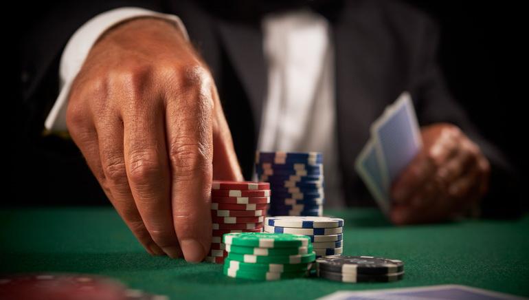 Hvordan å bli en profesjonell pokerspiller